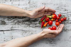 pomidory i papryczki leżące na stole