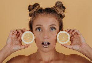 fruktozemia - kobieta trzymająca pomarańczę